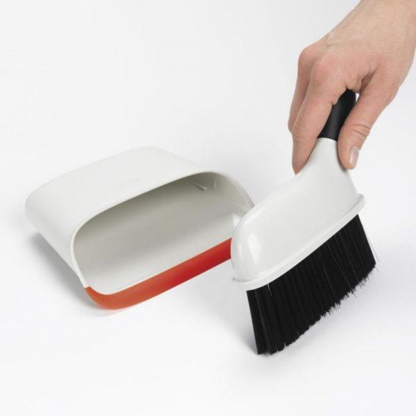 Juego compacto de cepillo y recogedor de OXO