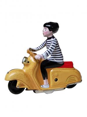 Scooter Girl con Vespa amarilla