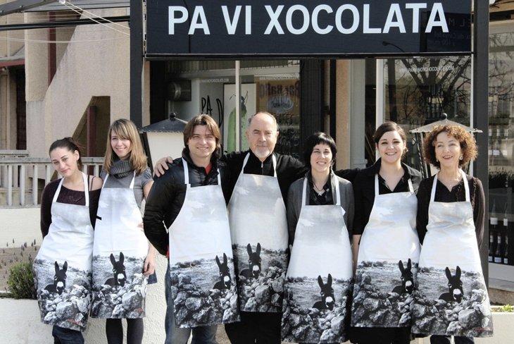 """Bigas Luna (1946-2013)<br>Director y guionista de cine que empezó<br>en el mundo del interiorismo<br>y del diseño industrial.<br>En la foto, con su equipo de """"PA VI XOCOLATA"""" en Torredembarra, Tarragona."""