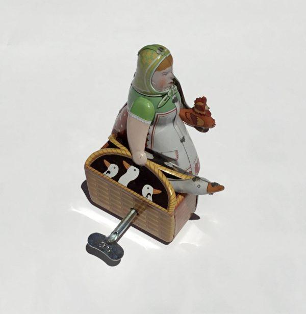 Mujer con cesto y ganso